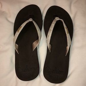 Barely worn! Reef flip flops! Cushioned sole.